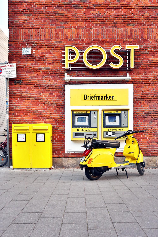 Georg Hopp gelbe Vespa vor Post